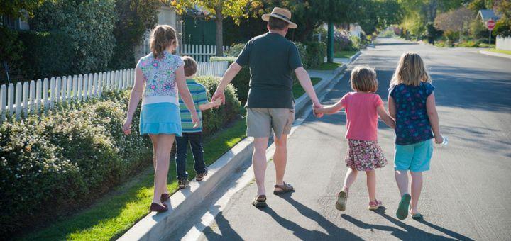 Visita el vecindario con tus hijos